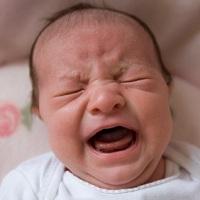Колики при бебета, хранени с кърма или адаптирано мляко